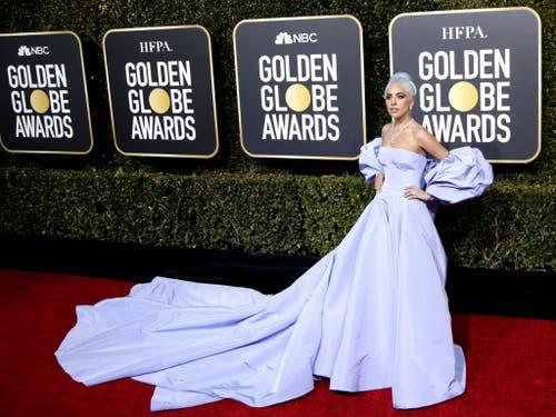 Lady Gaga posierte bereits vor der Preisverleihung auf dem Roten Teppich. (Bild: KEYSTONE/EPA/MIKE NELSON)