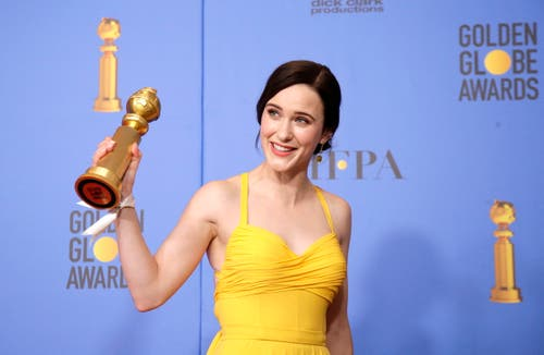 Rachel Brosnahan mit dem Golden Globe für die beste Schauspielerin in einer TV-Serie, Musical/Komödie («The Marvelous Mrs. Maisel»).(Bild: Mike Nelson/EPA (Los Angeles, 6. Januar 2018))