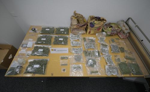 Gurtnellen - 7. JanuarBei einer Hausdurchsuchung fand die Kantonspolizei Uri zwei Kilogramm Marihuana, wenige Gramm Haschisch sowie weitere Betäubungsmittelutensilien. Zwei Schweizer im Alter von 19 und 21 Jahren wurden festgenommen.