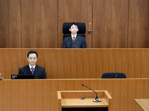 Der Richter Yuichi Tada (Mitte) rechtfertigte am Dienstag die Untersuchungshaft des Automanagers Ghosn mit Fluchtgefahr. (Bild: KEYSTONE/AP POOL Bloomberg/KIYOSHI OTA)