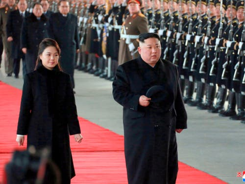 Nordkoreas Diktator Kim Jong Un und seine Frau Ri Sol Ju am Montag vor der Abreise aus Pjöngjang nach China. (Bild: KEYSTONE/AP KCNA via KNS)