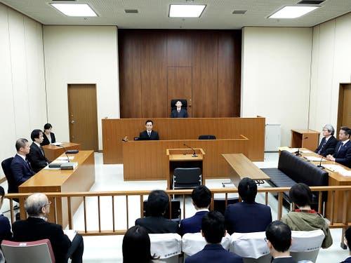 Nur weniger Personen waren zu der Anhörung des Automanagers Carlos Ghosn am Dienstagmorgen im Gerichtssaal in Tokio. (Bild: KEYSTONE/AP POOL Bloomberg/KIYOSHI OTA)
