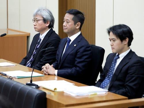 Die drei Anwälte von Carlos Ghosn machten am Dienstag vor Gericht betroffene Gesichter. (Bild: KEYSTONE/EPA BLOOMBERG POOL/KIYOSHI OTA / POOL)