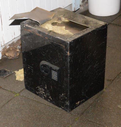 Emmen - 21. Dezember und 8. JanuarDie Luzerner Polizei hat am 21. Dezember bei einem Vereinslokal in Emmen diesen aufgetrennten Tresor gefunden. Den mutmasslichen Täter hat Polizeihund «Dodge» kurz darauf aufgespürt. Den Besitzer des Tresors hingegen sucht die Polizei am 8. Januar noch immer und hat einen Zeugenaufruf gestartet.