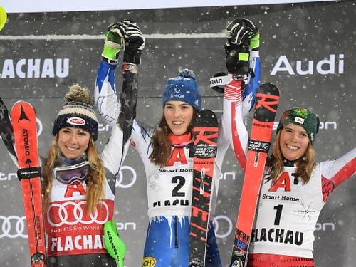Petra Vlhova - umrahmt von Mikaela Shiffrin und der drittplatzierten Österreicherin Katharina Liensberger (rechts) (Bild: KEYSTONE/EPA/CHRISTIAN BRUNA)