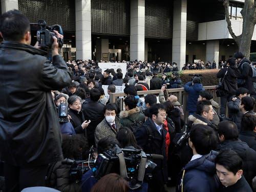 In Japan war das Medieninteresse enorm, als am Dienstagmorgen der Automanager Carlos Ghosn vor Gericht erschienen ist. (Bild: KEYSTONE/EPA/KIMIMASA MAYAMA)