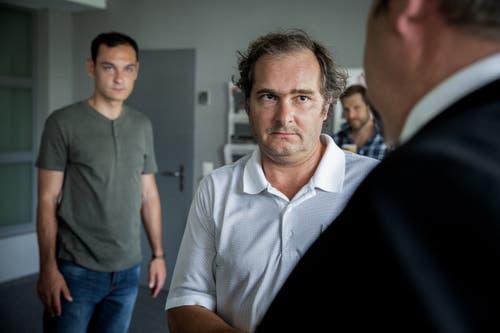 Besorgter Vater. V.l. Andrei Tacu als Sebastian Menzi, Martin Hug als Renato Menzi, Mike Müller als Luc Conrad. (Bild: SRF/Sava Hlavacek)