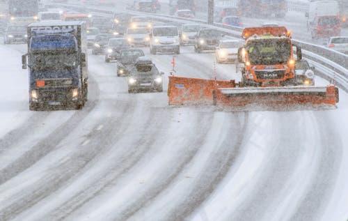 In Deutschland erfordert der Schnee derzeit viel Geduld von Autofahrern. Im Bild: Ein Räumungsfahrzeug auf der Autobahn A9 im bayerischen Garching. (Bild: Matthias Balk/Keystone/DPA (9. Januar 2019))