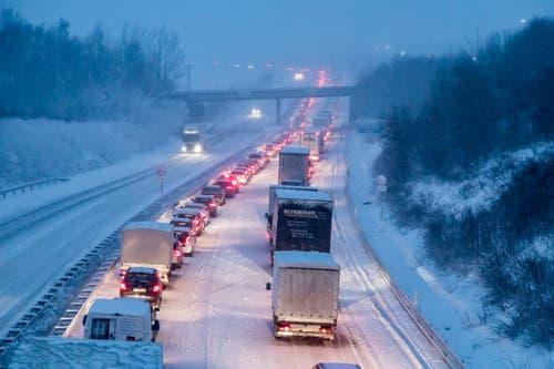 Stehende Fahrzeuge auf der verschneiten Autobahn A72 im sächsischen Stollberg. (Bild: Andre März/Keystone/DPA (9. Januar 2019))