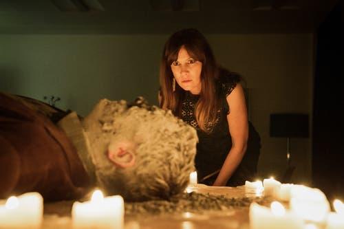 Der Beginn einer bizarren Mordserie. Im Bild: Barbara Terpoorten als Anna-Maria Giovanoli. (Bild: SRF/Sava Hlavacek)