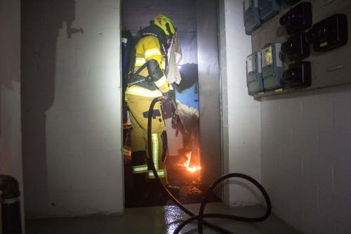 Zug - 9. JanuarIn der Waschküche eines Mehrfamilienhauses ist ein Wäschetrockner in Brand geraten. Verletzt wurde niemand, die Brandursache ist unklar. (Bild: FFZ/Daniel Hegglin)