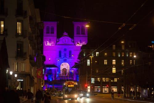 Die Hofkirche in ihrem violetten Kleid während dem Lichtfestival Luzern. (Bild: Dominik Wunderli (9. Januar 2019))