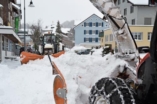 Perfektes Zusammenspiel zwischen Schneepflug und Schneeschleuder. (Bild: Adi Lippuner)