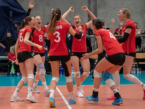 Grosse Frauen, grosse Freude: die Schweizer Volleyballerinnen jubeln nach einem wichtigen Punkt (Bild: KEYSTONE/GEORGIOS KEFALAS)