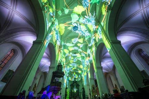 In der Kirche war die Lichtprojektion «Genesis» zu sehen. (Bild: Keystone/Urs Flüeler (9. Januar 2019))