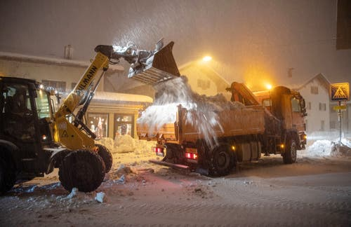 Schneeräumung in Miesbach, Bayern. (Bild: Lino Mirgeler/Keystone/DPA (9. Januar 2019))