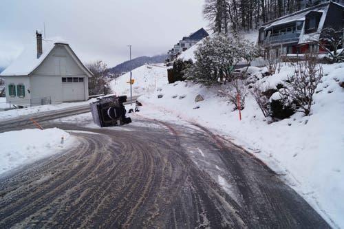 Oberägeri - 9. JanuarEin Geländewagen ist auf der schneebedeckten Strasse ins Rutschen gekommen und auf die Seite gekippt. Verletzt wurde niemand. (Bild: Zuger Polizei)