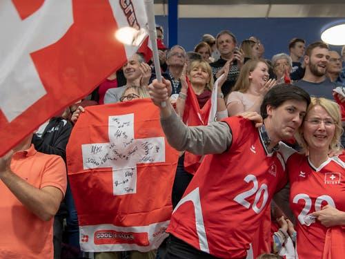 Die Schweizer Fans liessen sich von ihren Volleyballerinnen begeistern (Bild: KEYSTONE/GEORGIOS KEFALAS)
