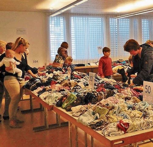 Sowohl der Flohmarkt als auch die Kinderartikelbörse stiessen auf grosses Interesse bei Jung und Alt.Bild: PD
