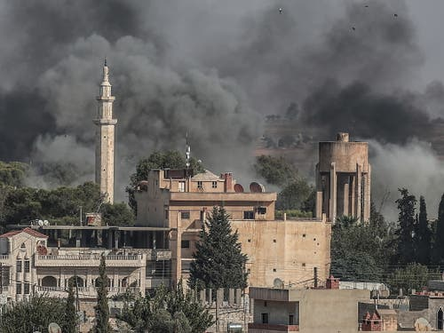 Über der nordsyrischen Stadt Ras al-Ain steig nach türkischen Luftangriffen Rauch auf. (Bild: KEYSTONE/EPA/SEDAT SUNA)