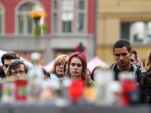 Trauer und Scham in den Gesichtern betroffener Bürger von Halle. (Bild: KEYSTONE/EPA/FILIP SINGER)