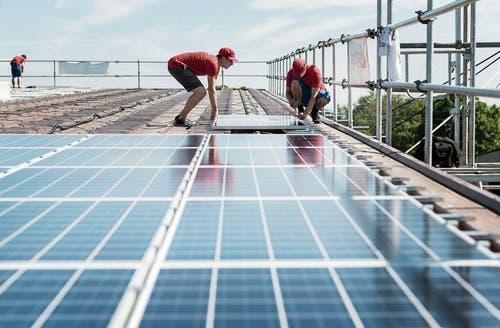 Möglichst viele Dächer in der Ostschweiz sollen mit Solarzellen bestückt werden. Bild: Christian Beutler/Keystone