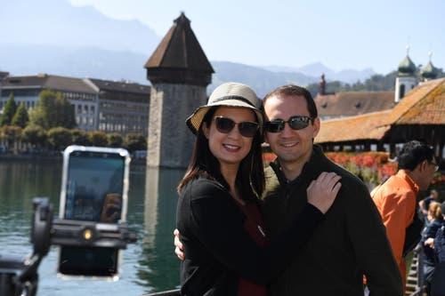 Felipe Vieira und Damille Cunha posieren vor der Kapellbrücke in Luzern. Das Wahrzeichen zählt zu den am häufigsten geposteten Bildern von Luzern. Bild: Nadia Schärli (Luzern, 20. September 2019)