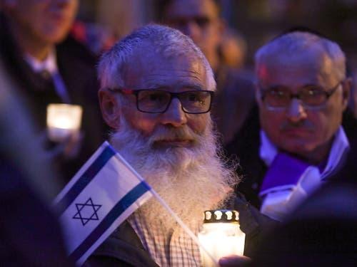 Bürger von Halle bekunden vor der Synagoge ihre Solidarität gegenüber Juden in Deutschland. (Bild: KEYSTONE/EPA/FILIP SINGER)