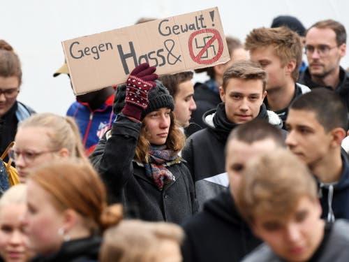 Klare Kante der Jugend in Halle: Kein Platz für Nazis in unserer Stadt! (Bild: KEYSTONE/EPA/FILIP SINGER)