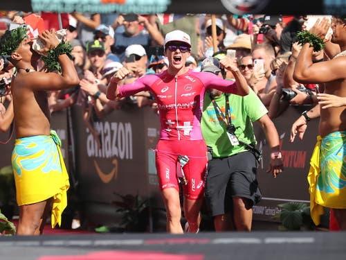 Daniela Ryf bei ihrem letztjährigen Zieleinlauf an der Ironman-WM auf Hawaii (Bild: KEYSTONE/EPA/BRUCE OMORI)