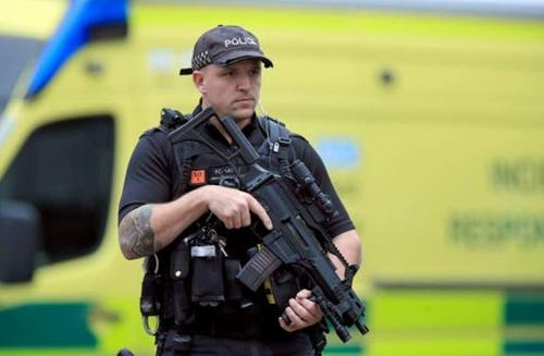 Schwer bewaffnete Polizei vor Ort. (Bild: BBC)