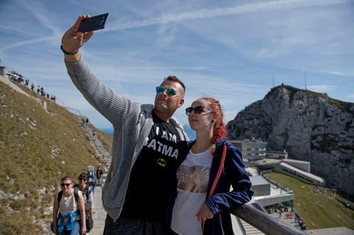 Der Pilatus ist bei Touristen bekannt und daher ein beliebtes Fotomotiv. Auch Erika und Patrik aus der Slovakei schiessen auf dem Berg ein Selfie. Bild: Corinne Glanzmann (Pilatus, 22. September 2019)