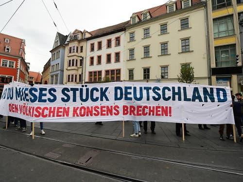 Zorn in Halle gegen Nationalismus und Rassismus nach dem tödlichen Anschlag auf die Synagoge. (Bild: KEYSTONE/EPA/FILIP SINGER)