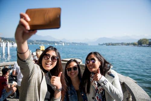 Ein Selfie für Instagram, Facebook, Snapchat und Co. – Bilder damit dem Vierwaldstättersee publizieren Touristen besonders gerne. Bild: Corinne Glanzmann (Luzern, 21. September 2019)