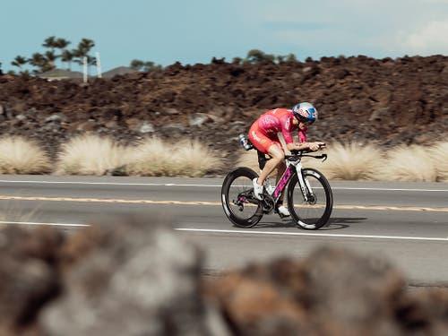 Daniela Ryf an der letztjährigen Ironman-WM bei ihrem «Ritt» durch die Lavafelder (Bild: KEYSTONE/AP RDBLP/JESPER GRONNEMARK)