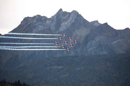 In einer Neuner-Formation ziehen die Flugzeuge vor der Kulisse des Pilatus vorbei. (Bild: Dominik Wunderli, Luzern, 12. Oktober 2019)