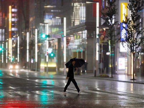 In Tokio waren die Strassen am Samstag verwaist. (Bild: KEYSTONE/AP/EUGENE HOSHIKO)