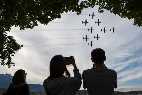 Für die Flugshow des PC-7-Team zückt man gerne seine Kamera. (Bild: Dominik Wunderli, Luzern, 12. Oktober 2019)