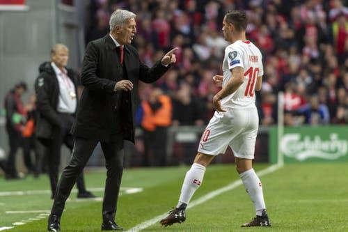 Trainer Vladimir Petkovic gibt Granit Xhaka eine Anweisung. (Bild: KEYSTONE/Georgios Kefalas)