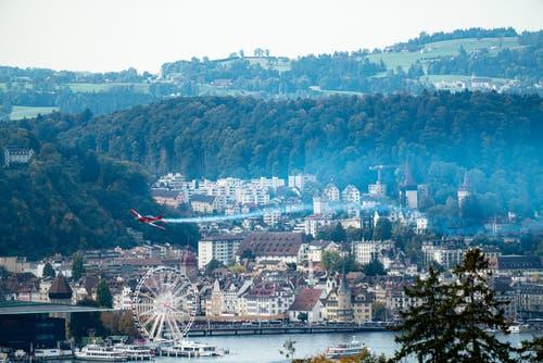 Ein Flugzeug über dem Riesenrad der «Lozärner Määs». (Leserbild: Stefan Kunz, Luzern, 12. Oktober 2019)