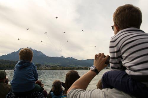 Die Air & Space Days im Verkehrshaus Luzern mit der PC-7 Flugshow und dem Absprung der Fallschirmspringer mit anschliessender Landung in der Arena im Verkehrshaus wissen zu begeistern. (Bild: Dominik Wunderli, Luzern, 12. Oktober 2019)
