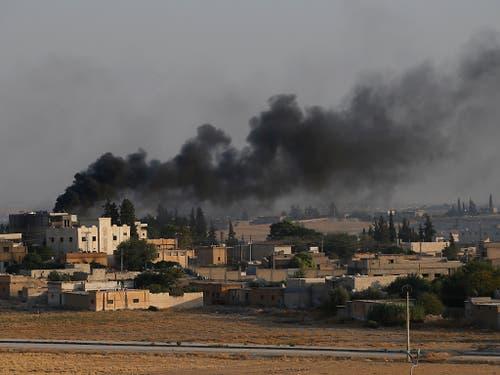 Blick von der türkischen Grenze aus: Brände in der syrischen Stadt Tall Abjad nach Bombardierungen durch die türkische Armee. (Bild: KEYSTONE/AP/LEFTERIS PITARAKIS)