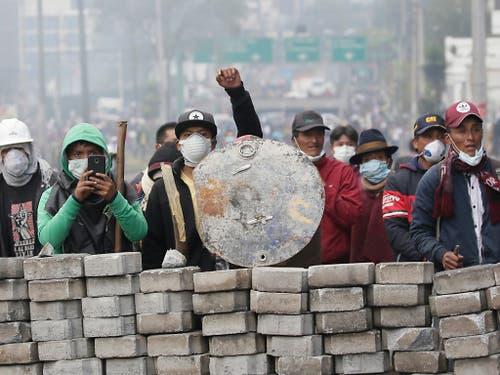 Zehn Tag nach Beginn der Proteste gegen die Erhöhung der Treibstoffpreise in Ecuador hat sich die Führung der indigenen Völker bereit erklärt zu Gesprächen mit der Regierung. (Bild vom 12. Oktober) (Bild: KEYSTONE/AP/DOLORES OCHOA)