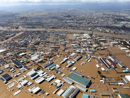 Die Stadt Koriyama in der Präfektur Fukushima wurde durch den Taifun überschwemmt. (Bild: KEYSTONE/EPA JIJI PRESS)