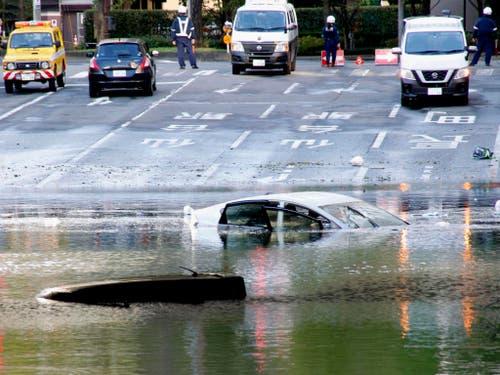 Der Taifun flutete mehrere Strassen wie hier in Sendai im Norden Japans. (Bild: KEYSTONE/AP Kyodo News)