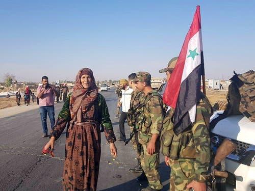 Syrische Regierungssoldaten sind am Montag auch in der Stadt Tall Tamar nordwestlich von Al-Hassaka angekommen. (Bild: KEYSTONE/EPA SANA/SANA HANDOUT)
