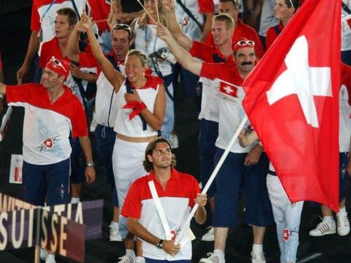 Sportlich ein Fiasko, aber starke Emotionen als Fahnenträger: 2004 in Tokio scheiterte Federer in der 2. Runde am damals völlig unbekannten Tomas Berdych (Bild: KEYSTONE/EDDY RISCH)