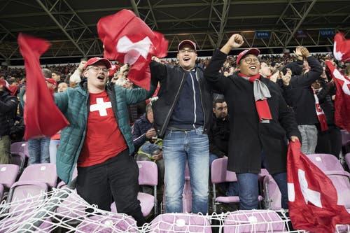 Die Fans im Stadtion fiebern und freuen sich mit. Keystone/Cyril Zingaro (Genf, 15. Oktober 2019)