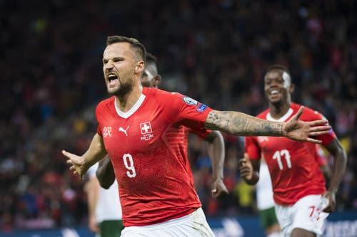 Er bejubelt seinen frühen Treffer zum 1:0 für die Schweiz: Haris Seferovic. Bild: Keystone/Jean-Christophe Bott (Genf, 15. Oktober 2019)