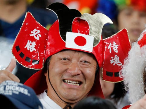 Die Rugby-Spieler zaubern nach dem verheerenden Taifun wieder ein Lächeln ins Gesicht der Fans (Bild: KEYSTONE/AP/EUGENE HOSHIKO)